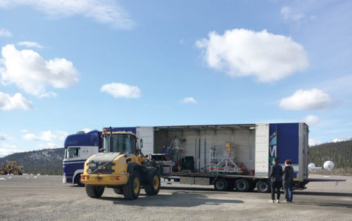 PoGO+ anländer med lastbils till rymdbasen Esrange inför sommarens ballongresa. (Foto: Mark Pearce)