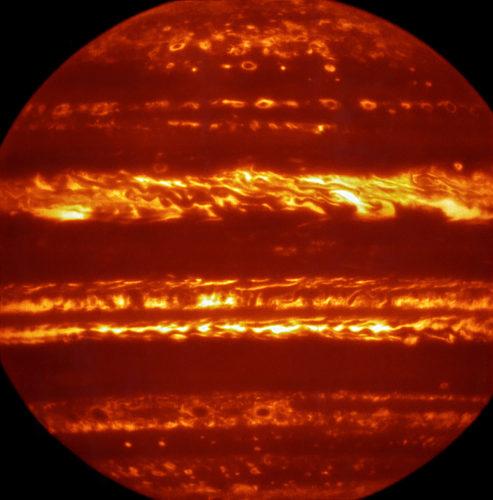 Infraröd bild av Jupiter skapad i falska färger från data tagen med instrumentet VISIR vid VLT i Chile. Bild: ESO/L. Fletcher.