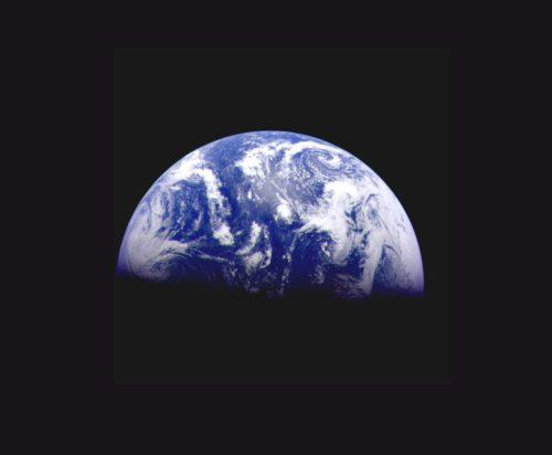 Stilla havet dominerar denna bild av jorden, som rymdsonden Galileo tog strax efter uppskjutningen december 1989. Botten av Stilla havet har visat sig vara en gynnsam plats att leta efter supernovaspår på jorden. Bild: NASA/JPL