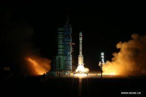 Jiuquans satellituppskjutningscenter i Gobiöknen den 15 september i år. En raket av typen Long March-2F lyfter, bärandes Tiangong-2. Bild: Xinhua/Ju Zhenhua.