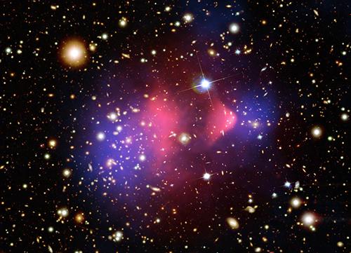 Bild: NASA/CXC/CfA/M.Markevitch m fl (röntgen), NASA/STScI/Magellan/U. Arizona/D. Clowe m fl (synligt ljus), NASA/STScI/ESO WFI/Magellan/U.Arizona/D.Clowe m fl (linsningskarta).