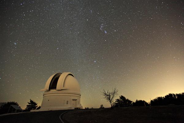 Denna kupol rymmer 1,2 m-teleskopet på Palomar-observatoriet. Bild: Palomar/Caltech.
