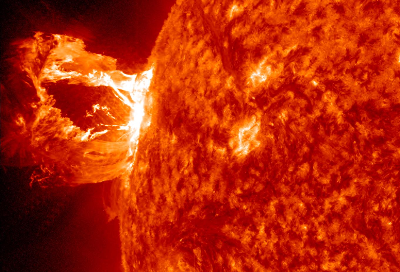 Ett utbrott av materia i solens korona 16 april, 2012. Sådana här resulterar i norr- och sydsken om de riktas mot jorden. Bild: NASA/SDO/AIA