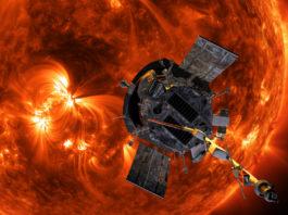 Konstnärs illustration av solsoden Parker. I bakgrunden syns solens med dess våldsamma korona. Illustration: NASA/Johns Hopkins APL/Steve Gribben