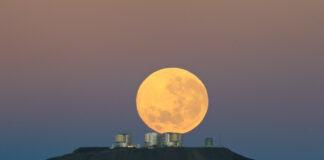 Månnedgång över Paranalobservatoriet och VLT. Foto: ESO/G.Gillet